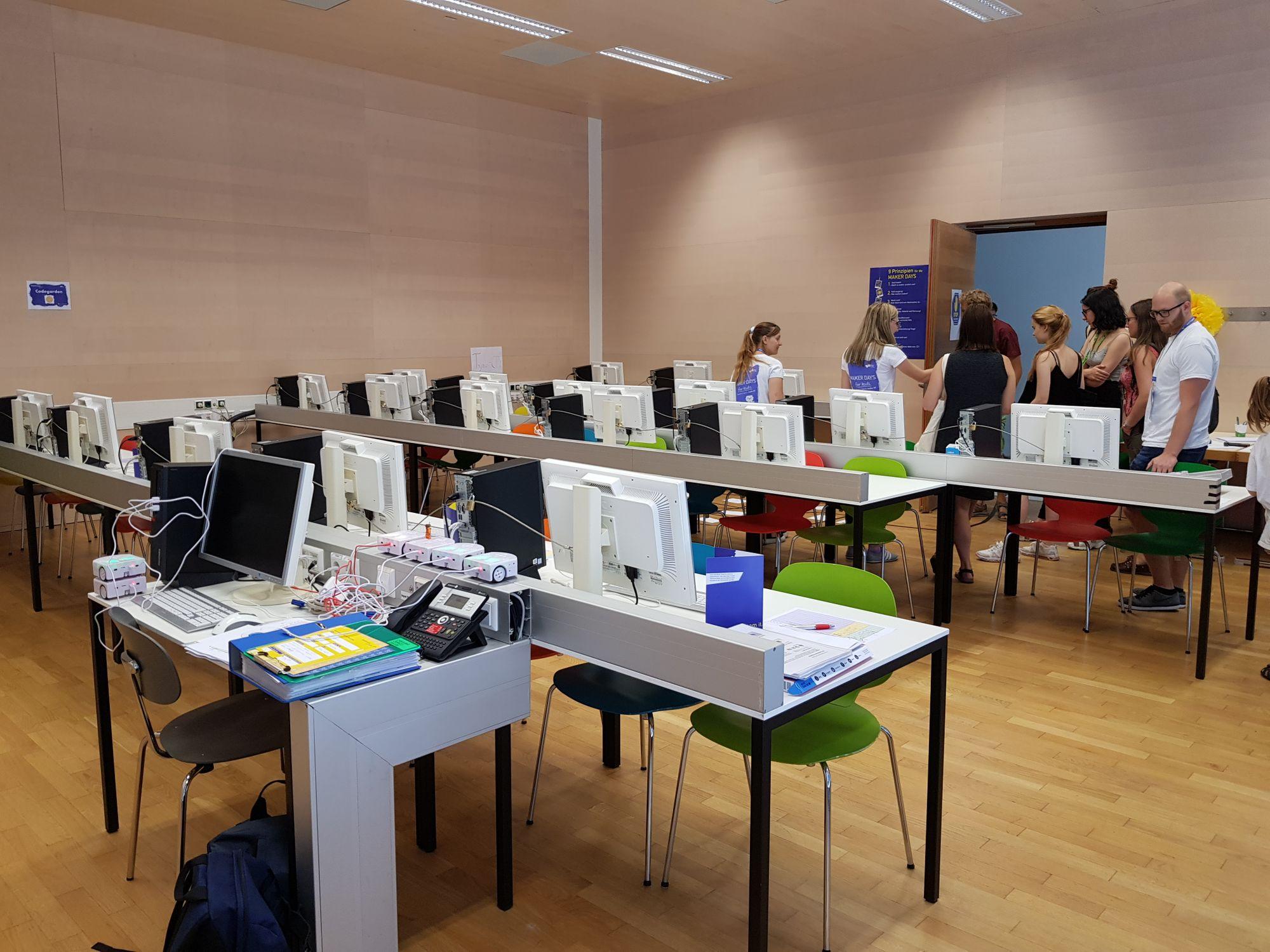 Tische mit Computer drauf, bereit für die Programmierprojekte der Kinder.