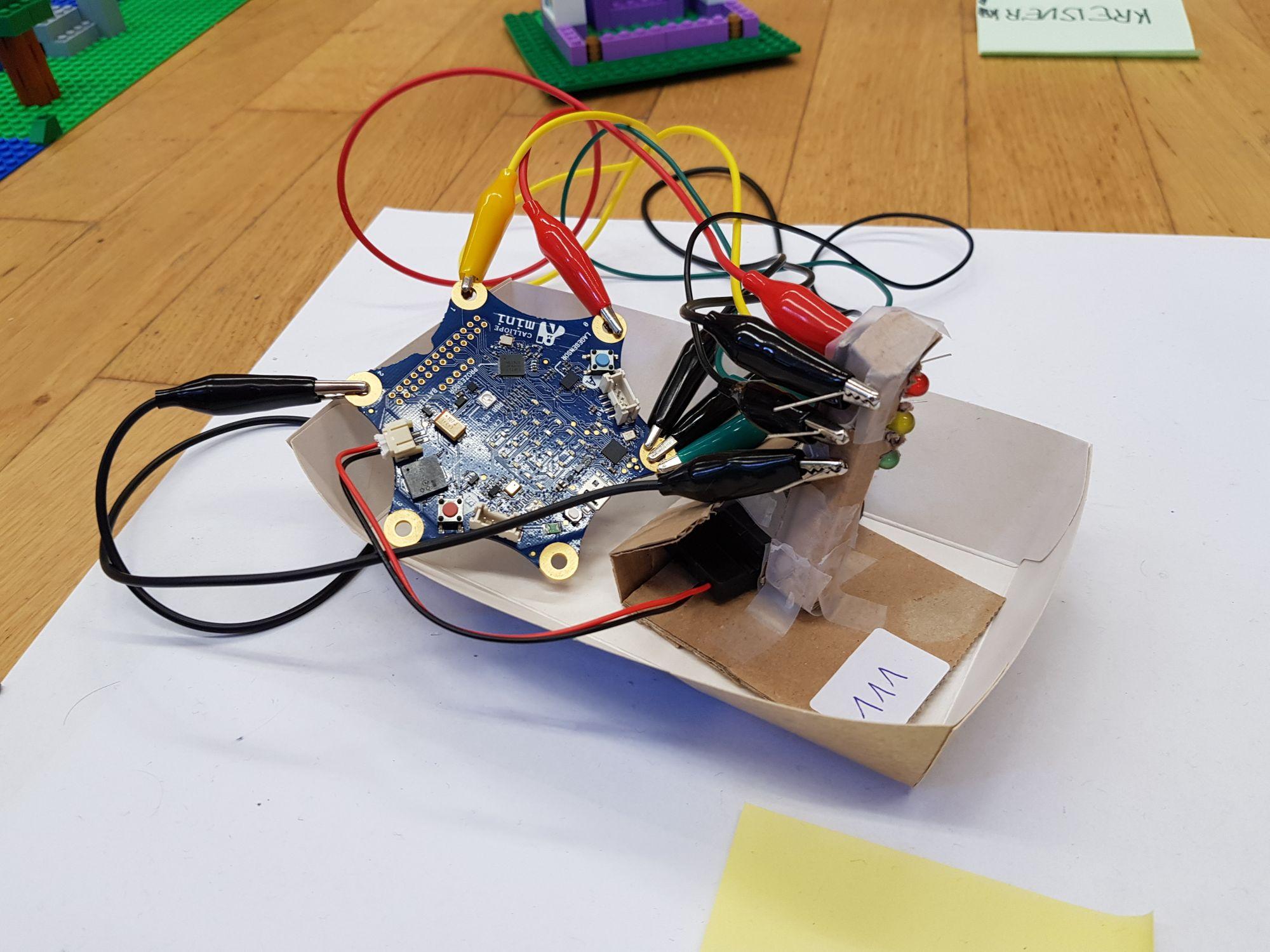 Caliope mini Elektronik mit vielen Kabeln und drei LEDs für eine Ampel.