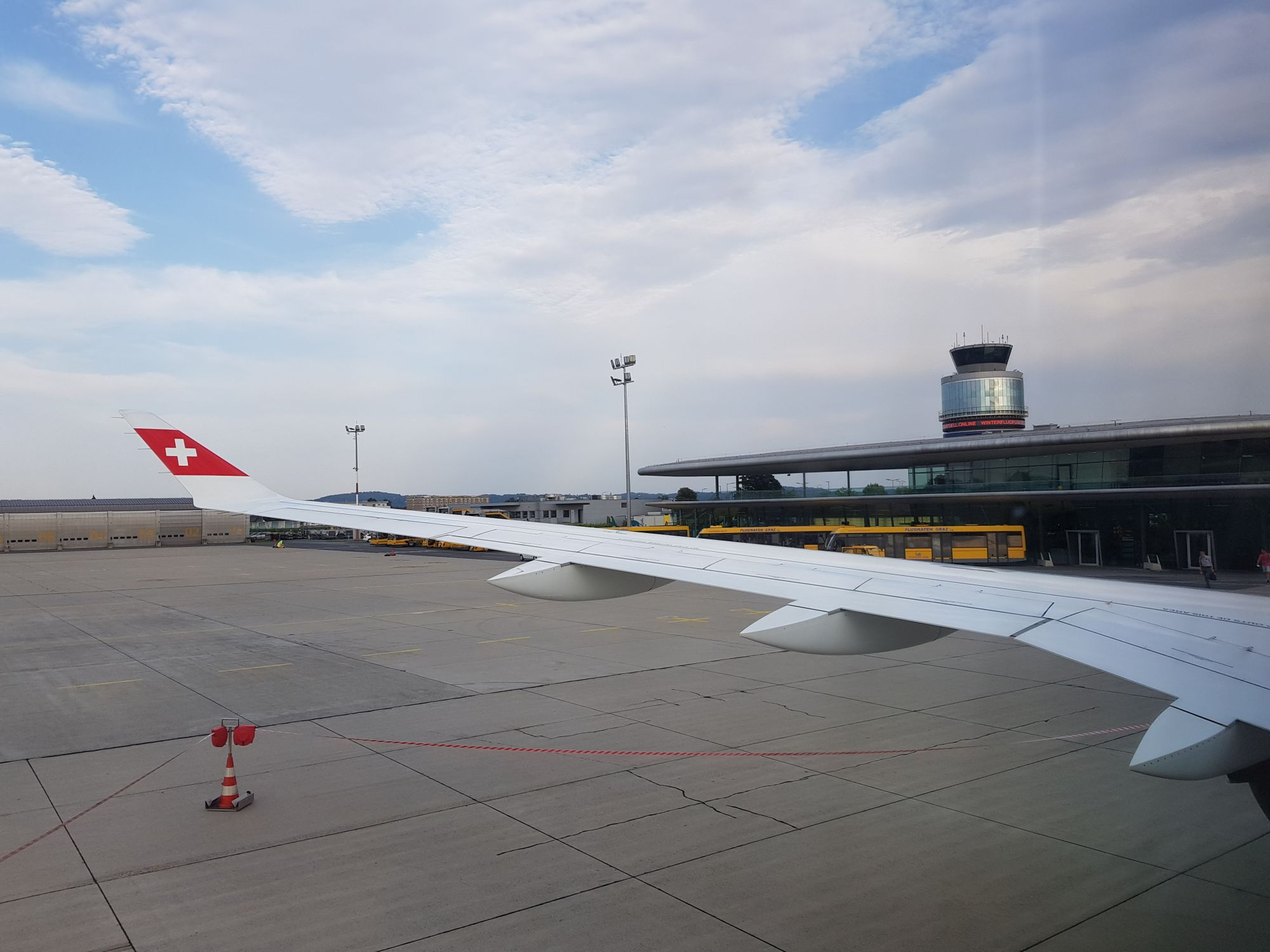 Blick Richtung Flughafen und Tower, aus dem Flieger über den Flügel.