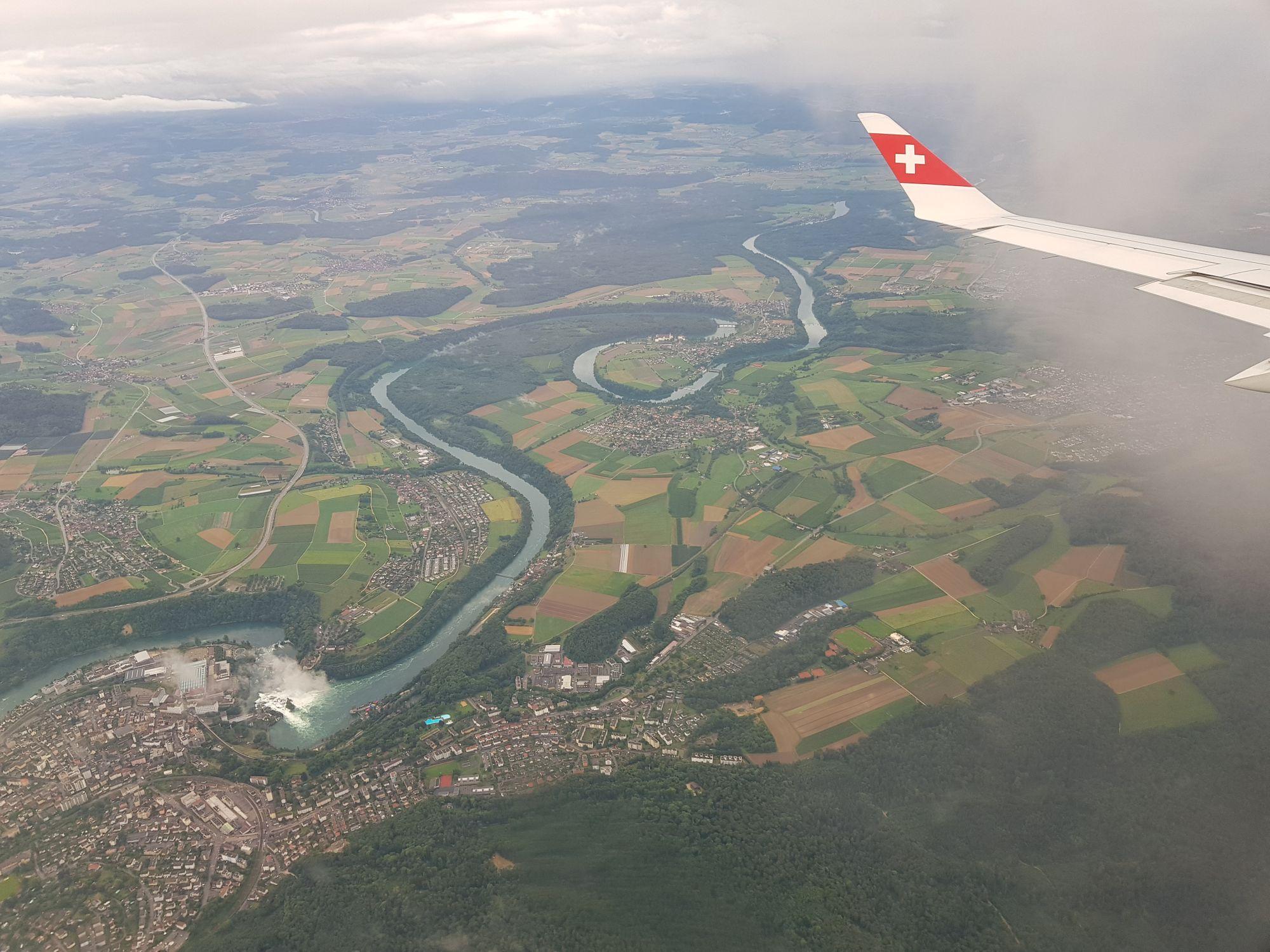 Luftaufnahme des Rheinfalls und der Rheinschlaufen.